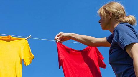 Vaatteiden kuivattaminen ei ole niin yksinkertaista, kuin voisi kuvitella. Mieti ennen narulle laittamista, kestääkö vaate roikottamista.