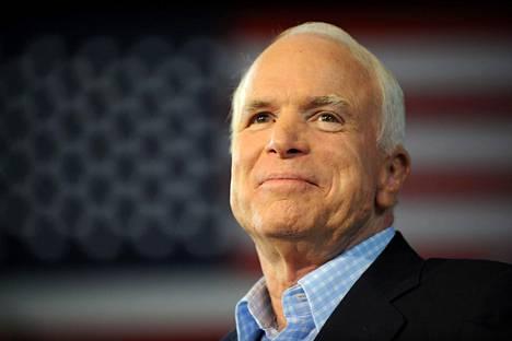 Kamera tallensi republikaanien presidenttiehdokkaan hymyn kesken kampanjapuheen Michiganissa syyskuussa 2008.