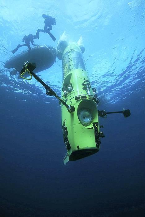 Deepsea Challenger teki ensimmäiset neljän kilometrin syvyyteen ulottuneet koesukelluksensa Papua-Uuden-Guinean rannikolla.