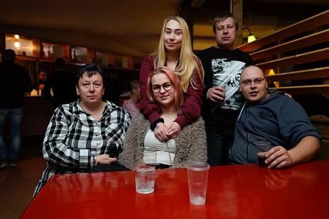 Satu Munkki, Iida Rantasalo, Sanna Munkki, Joonas Mäki ja Mikko Salo olivat tulleet joukolla paikalle katsomaan Samantha Foxia.