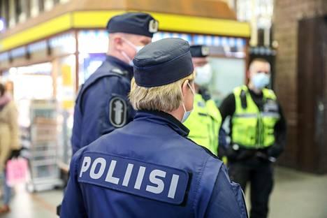 Poliisin ja vartijoiden näkyvä läsnäolo tuo rauhoittavan vaikutuksen Helsingin päärautatieasemalla.