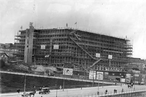 Eduskuntatalon harjannostajaiset 15.9.1928. Sukulaisten kertomusten mukaan Wilhelm rakensi marmorirappusia ja seinälevyjä eduskunnan sisätiloihin 1920-luvulla Kolmårdenin marmorista.