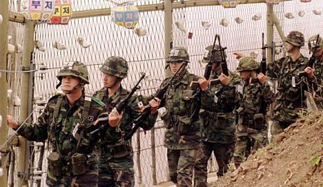 Etelä-Korean sotilaita partioimassa demilitarisoidulla vyöhykkeellä Pohjois-Korean rajan tuntumassa.