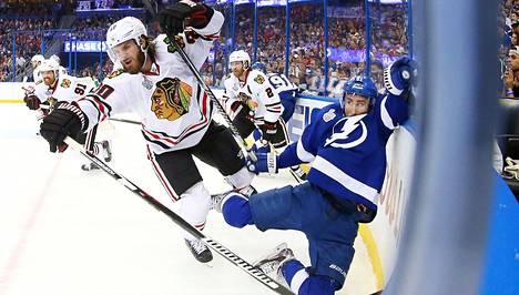 Tampa Bayn Valtteri Filppula (oik.) kaatui törmätessään Chicagon Brandon Saadin kanssa NHL:n viidennessä finaalissa.