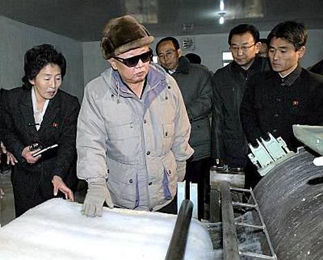 Kim Jong-il suuntaa köyhän Pohjois-Korean voimavaroja ydinteknologiaan. Kuvassa Kim tehdaskäynnillä Changsongissa.