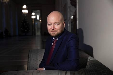 Jussi Saramon pesti opetusministerinä kestää puolisen vuotta. Saramo aloitti Li Anderssonin sijaisena ennen joulua ja kantaa ministerinsalkkua kesään asti.