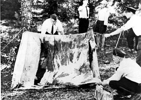 15-vuotiaat Irmeli Björklund ja Tuulikki Mäki sekä 18-vuotias Seppo Boisman surmattiin heidän telttaillessaan Espoossa Bodominjärven rannalla helluntaina 1960. Heidän on arvioitu tulleen surmatuiksi nukkuessaan aikaisin lauantaiaamuna 5.6. Keskusrikospoliisin kuva Bodominjärven tutkimuksista.