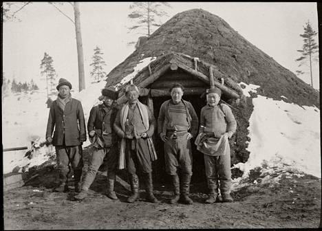 Siirtotyöläisiä asuinparakin edessä Espoossa.