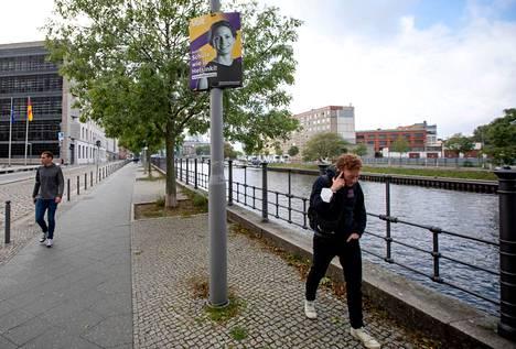 """""""Koulu kuin Helsingissä"""". Saksan vaaleissa kampanjoitiin myös Suomi-kulmalla."""