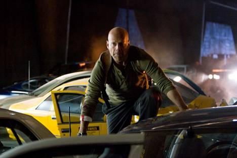 Die Hard 4.0 -leffassa McClane (Bruce Willis) suojelee terroristien tappolistalle joutunutta tietokonehakkeria. Kuolleita yhteensä: 31.