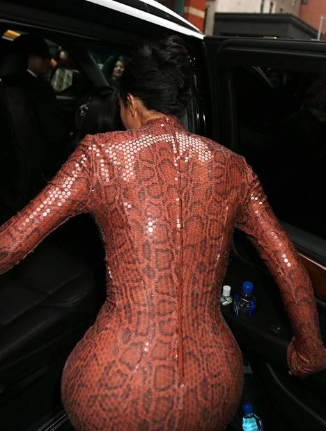 Tällainen mekko vaatii vetoketjun koko selän mitalta.
