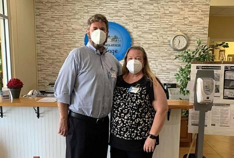 Finnish-American Villagen johtaja Dan Benson ja henkilöstöpäällikkö Tiina Rogers taistelevat koronavirusepidemiaa vastaan Floridassa.