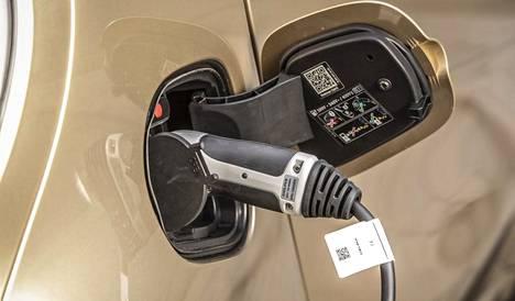 Lisävarusteena Smartiin saa 22 kW:n latauslaitteen (vakiona 4,6 kW). Pikalataustoiminnolla akut latautuvat alle 40 minuutissa kymmenestä 80 prosenttiin.