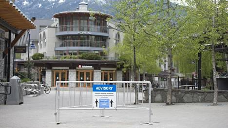Ihmisiä kehotetaan pitämään sosiaalista etäisyyttä Whistlerissä. Kuva viime vuoden keväältä. Nyt pikkukaupungin lomakeskus on suljettu koronatartuntojen määrien ollessa jälleen kasvussa.