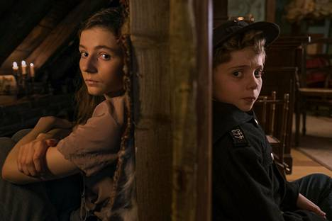 Jojo Rabbit -elokuvassa Thomasin McKenzie näyttelee juutalaistyttöä. Roman Griffin Davis esittää perheen poikaa.