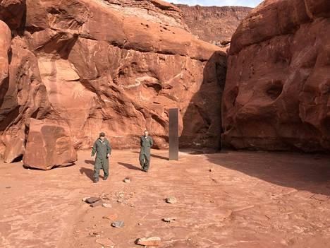 Punaisten kallioiden muodostaman solan perällä jököttävä kolmisen metriä korkea monoliitti löytyi sattumalta, kun biologi tähyili villejä paksusarvilampaita helikopterin kyydissä.