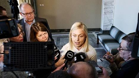 Elina Lepomäki puhui medialle eduskunnassa keskiviikkona.