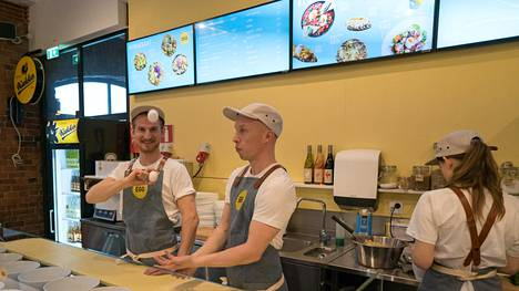 Keittiömestari Ossi Paloneva (vas.) vastaa Katajanokan EGG ravintolan pyörittämisestä. Omistaja Jouni Toivanen on kuvassa oikealla.
