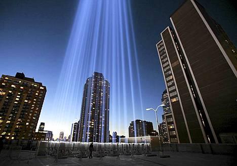 Tällä valoteoksella halutaan muistaa syyskuun 11. päivän uhreja, jotka menehtyivät WTC-iskuissa New Yorkissa.