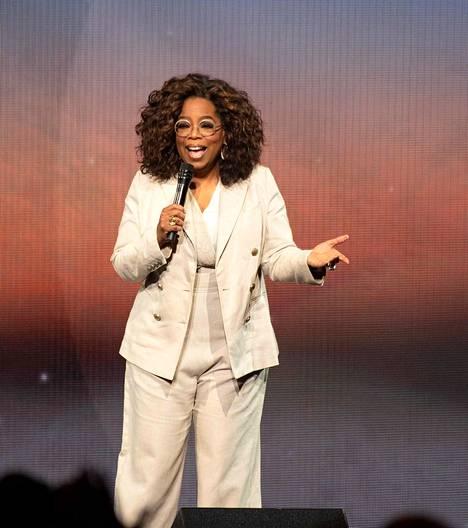 Amerikkalainen tv-tähti ja liikenainen Oprah Winfrey tunnetaan talk show -ohjelmien kuningattarena.