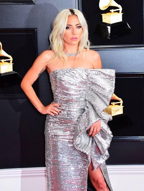 Lady Gaga edusti Grammy-gaalassa ilman rakastaan ja sormustaan.