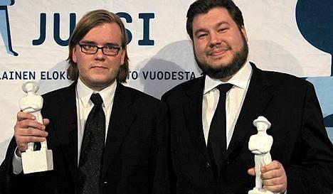 Ulkomaillakin palkintoja kahminut Miesten vuoro sai parhaan dokumenttielokuvan palkinnin. Juhlimassa Joonas Berghäll (oik.) ja Mika Hotakainen.