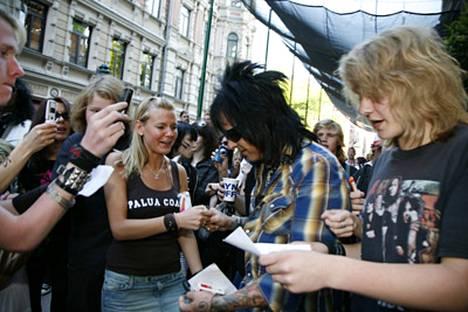 Nikki Sixx jakaa nimmareita hotelle Kämpin edessä maanantaina Helsingissä. Bändi on siis Suomessa, mutta soittimet eivät.