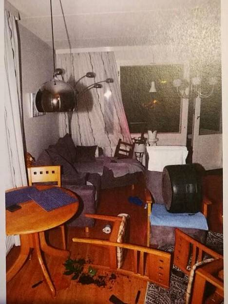 Esitutkintamateriaalin kuvaa asunnosta, jossa Huitsi surmasi uhrinsa.