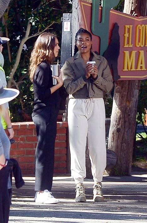 Näyttelijät Jessica Alba ja Gabrielle Union supermukavissa asuissa.