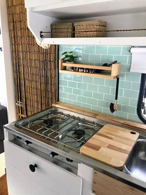 Keittiö on trendin mukainen. Kaakelien sijaan seinällä on sisustustarroja.