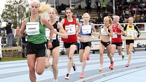 Alisa Vainio (kuvassa ensimmäinen vas.) joutui lopulta taipumaan Johanna Peiposelle (kuvassa Vainion takana) kultataistelussa.