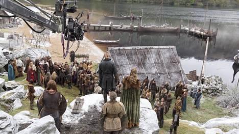 Viikinkien kotikylää on laajennettu sarjan edetessä. Kuvakulmia vaihtelemalla kylä saadaan televisiossa näyttämään todellisuutta isommalta.