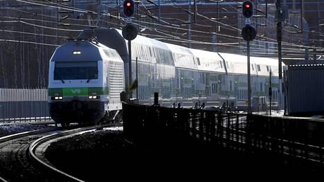 VR:n juna saapuu Pasilan asemalle Helsingissä 22. tammikuuta 2017.