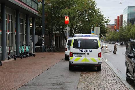 Poliisiautoja Ruoholahden metroaseman edustalla sunnuntai-iltapäivänä.