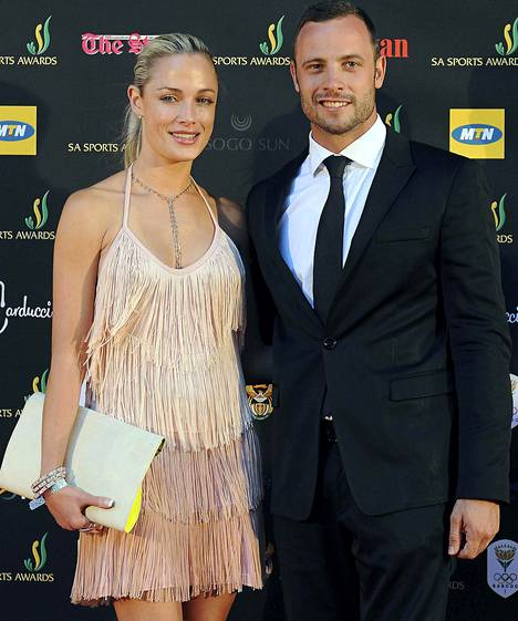 Pistorius ja Reeva Steenkamp (vas.) vuonna 2012.
