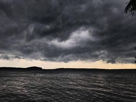 Riikka-myrskyn uhkaavia pilviä Puruvedellä