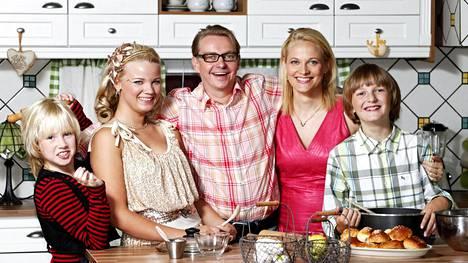 Kuvassa Haavistot: Tuija (Fanni Suomi, vas.), Vilma, Asko, Minna (Anu Raipia) ja Osku (Atte Reunanen, oik.)