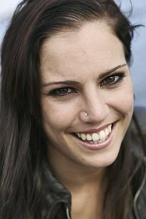 Eva Wahlström myöntää olevansa ihastunut, mutta kiistää seurustelevansa.