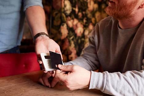 Käteisellä maksaminen ravintoloissa ei ole kiellettyä, mutta turvallisuuden vuoksi kannattaisi suosia korttia.