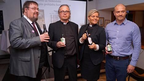 Oluita esittelemässä dosentti Esko M. Laine (vas.), kirkkoherra Sammeli Juntunen, seurakuntapastori Laura Huovinen ja olutmestari Pasi Kosonen.