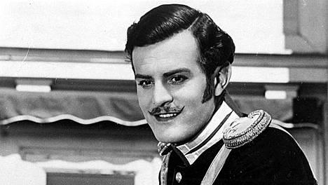 Tauno Palo esitti naistenmiestä, luutnantti Engelbert von Leijoncronaaa historiallisessa romanssissa Kaivopuiston kaunis Regina vuonna 1941.