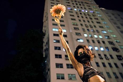 Brasilialaisnainen osoitti mieltään presidentti Jair Bolsonaroa vastaan ja naisten oikeuksien puolesta Rio de Janeirossa.