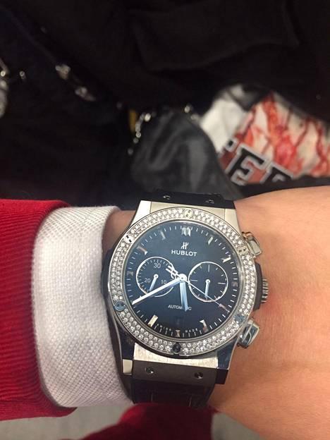Isac Elliot esitteli Hublot Classic Fusion -kelloaan ylpeänä. Kellon lähtöhinta on noin 6000 euroa.