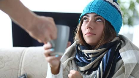 Flunssaan liittyvää kurkkukipua voi lievittää perinteisellä lämpimällä juomalla.