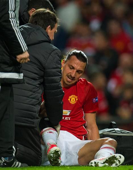 Ibrahimovic loukkaantui Europan liigan puolivälieräottelussa Manchester United–Anderlecht. Loukkaantuminen tapahtui epäonnisen puskuyrityksen jälkeen, kun 35-vuotias hyökkääjä tömähti jatkoajalle edenneen ottelun varsinaisen peliajan loppuhetkillä maahan jalka täysin suorana.