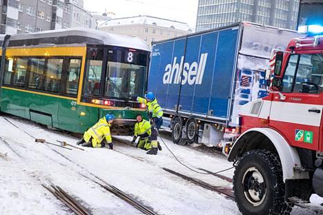 Raitiovaunu suistui kiskoista Helsingin Hämeentiellä.