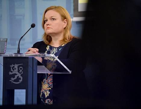 Perhe- ja peruspalveluministeri Krista Kiuru (sd) on huolissaan koronan leviämisestä rajojen yli.