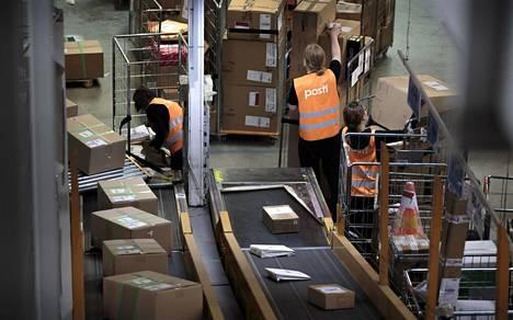 Postipakettien lajittelua maakuntiin lähetystä varten Postin logistiikkakeskuksessa Vantaalla marraskuussa 2017.