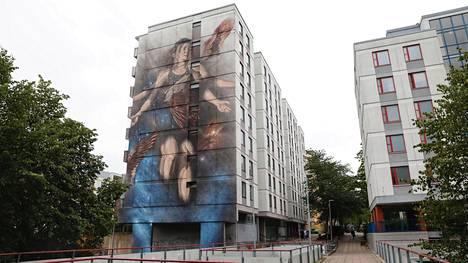 Jenni sai kasvonsa Helsingin suurimpaan muraaliin – näkee nyt itsensä 34-metrisenä, kun vain vilkaisee ulos ikkunasta