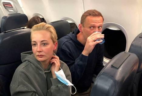 Navalnaja ja Navalnyi lentokoneessa matkalla Berliinistä Moskovaan 17. tammikuuta.
